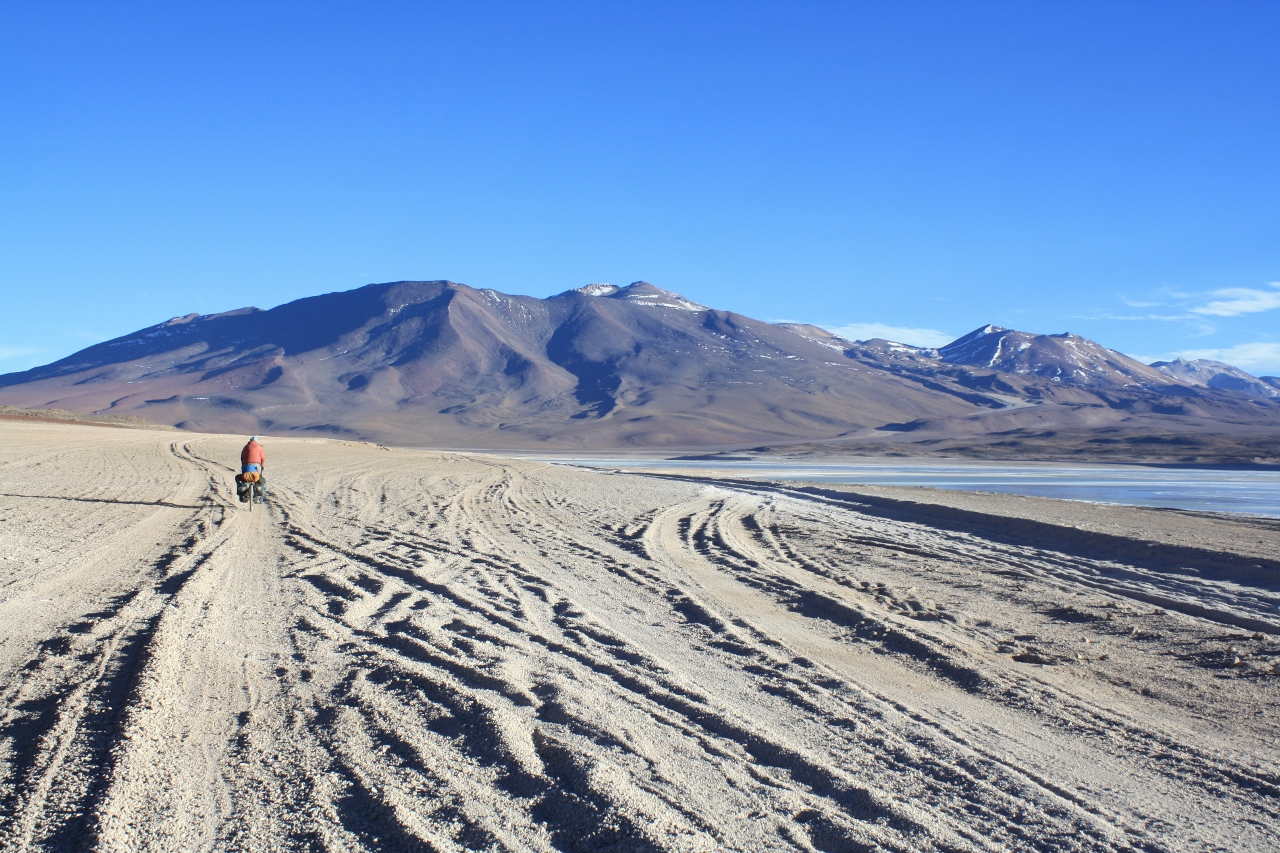 The sandy road to Licancabur